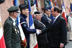 François Hollande salue les porte-drapeaux
